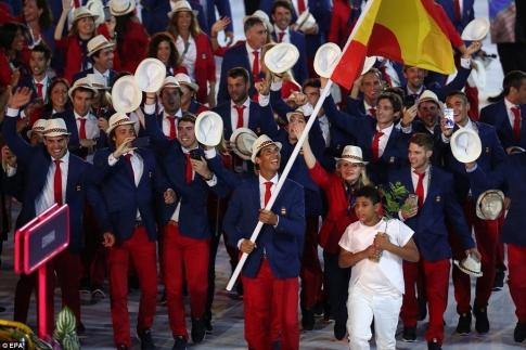 rafael-nadal-carries-spains-flag-at-rio-olympics-4.jpg