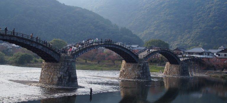 世界に名だたる名橋「錦帯橋」と割と小さな岩国城。