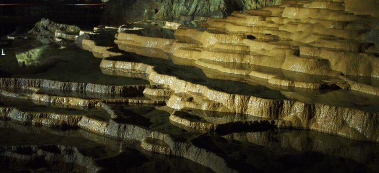 日本屈指の鍾乳洞「秋芳洞」で地底探検気分を味わう。